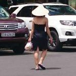 ベンタイン市場を歩く女性